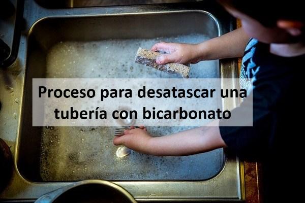 Proceso para desatascar una tubería con bicarbonato